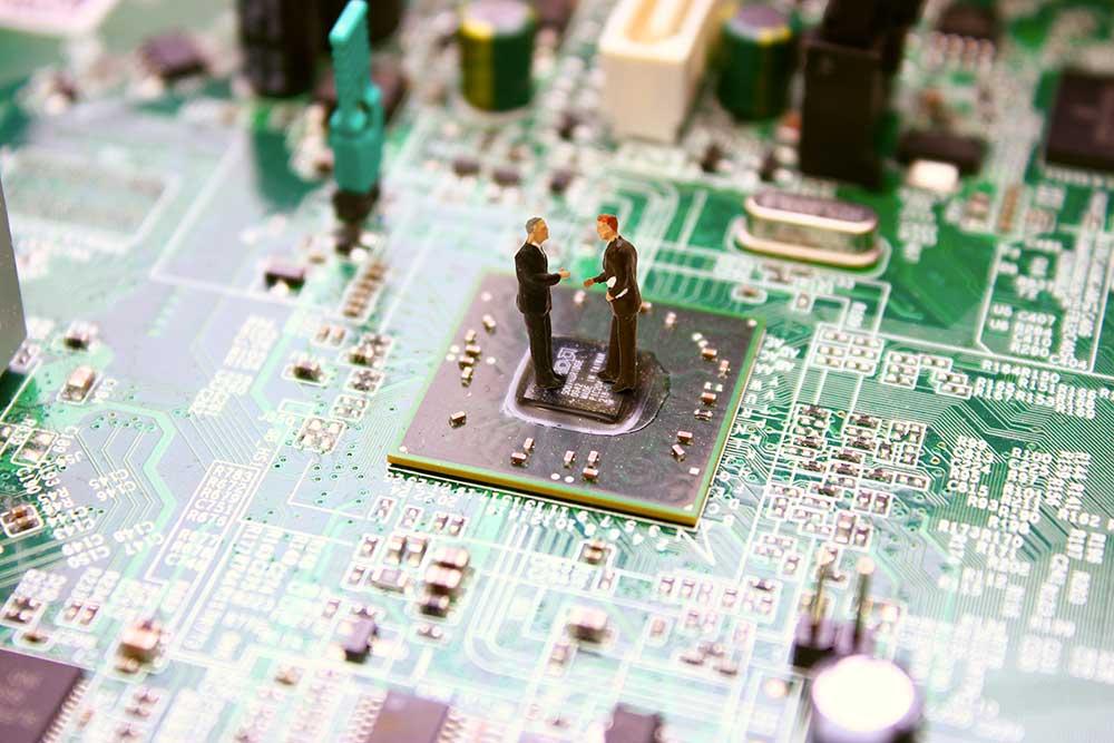 マイクロチップと融合することで進化した人間の未来